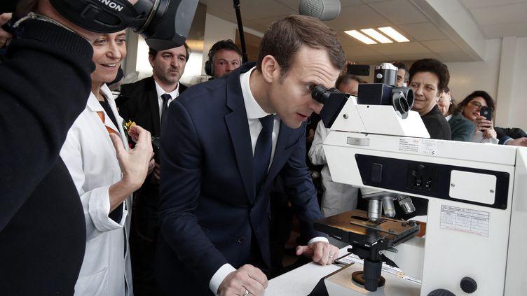 Le président Emmanuel Macron, le 29 mars 2018, lors d'une visite àl'Institut Curie de Paris. (BENOIT TESSIER / AFP)