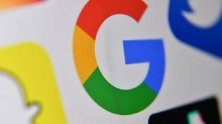 Le géant du Web a assis sa domination grâce aux services en ligne gratuits, tels que la messagerie Gmail, lancée en 2004, et Google Photos, inauguré en 2015. (DENIS CHARLET / AFP)