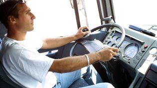 chauffeur routier, pose au volant de son camion, le 08 août 2002 à Roanne (DANY LEE / AFP)