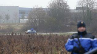 """Un gendarme mobilisé pour la prise d'otages menée par les suspects de l'attaque contre """"Charlie Hebdo"""", le 9 janvier 2015, à Dammartin-en-Goële (Seine-et-Marne). (JOEL SAGET / AFP)"""