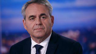 Xavier Bertrand sur le plateau de TF1 le 11 octobre 2021 où il a annoncé sa participation au congrès du parti Les Républicains en décembre. (THOMAS SAMSON / AFP)