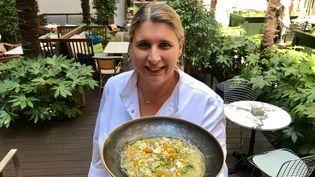 La cheffe Stéphanie Le Quellec, avec sa soupe au pistou. (Laurent Mariotte / Radio France)