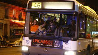 Un bus circule le 14 novembre 2015 après les attentats à Paris. (FRANCOIS GUILLOT / AFP)