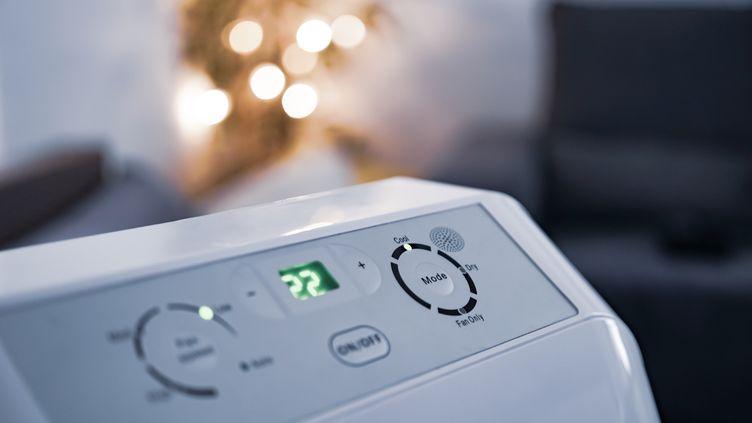Un climatiseur mobile. Attention au bruit, plutôt choisir ceux qui indiquent moins de 60 db. (Illustration) (ICY MACLOAD / MOMENT RF / GETTY IMAGES)