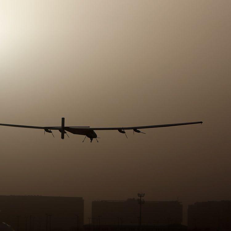 Solar Impulse 2 décolle de l'aéroport Al-Bateen, à Abu Dhabi (Emirats arabes unis), lundi 9 mars 2015. (MARWAN NAAMANI / AFP)