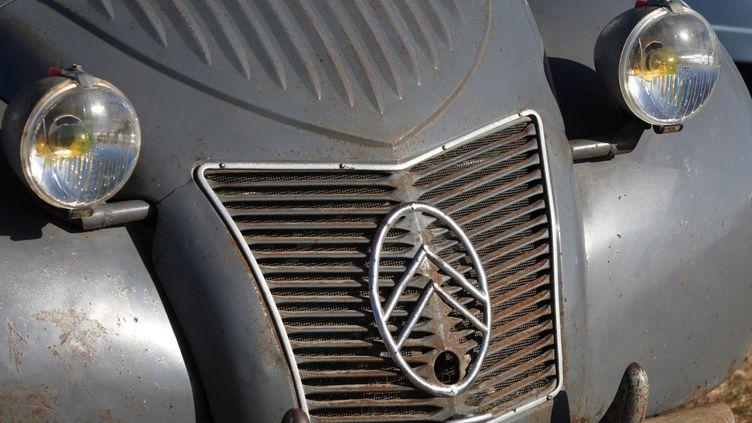 Les phares et la calandre d'une 2CV Citroën. (MAXPPP)