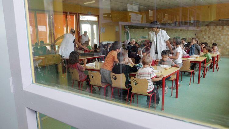 Dans une cantine scolaire de Saint-Michel, près d'Angoulême (Charente), en 2009. (ROMAIN PERROCHEAU / AFP)