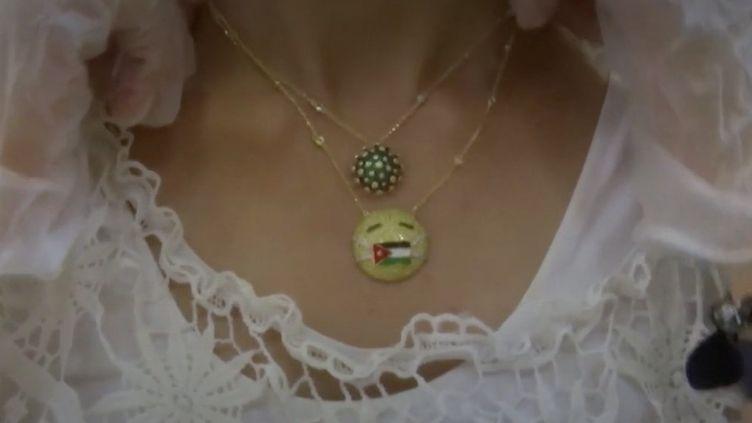 Un bijoutier jordanien a créé une ligne de bijoux qui ont la forme du Covid-19. Ceux-ci connaissent un franc succès. (FRANCEINFO)