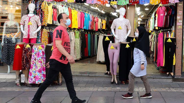 Des passants à Téhéran, le 19 juin 2021. (ATTA KENARE / AFP)
