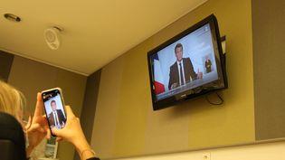 Une dame suit l'allocution d'Emmanuel Macron à la télévision, le 28 octobre 2020. (CLAIRE LEYS / FRANCE-BLEU DRÔME-ARDÈCHE)