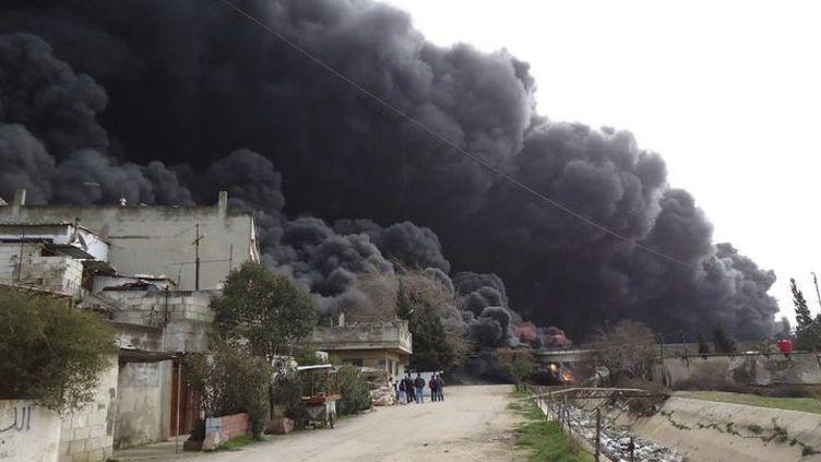 De la fumée noire émane d'un oléoduc bombardé à Homs, le 15 février 2012. (REUTERS)