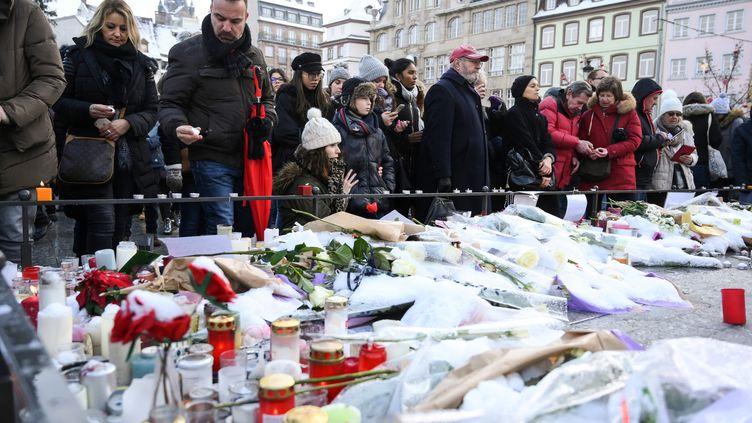 Un mémorial improvisé pour les victimes de l'attentat du marché de Noël de Strasbourg (Bas-Rhin), le 16 décembre 2018. (SEBASTIEN BOZON / AFP)