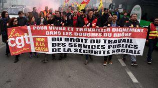 Des cheminots manifestent contre la réforme de la SNCF devant la gare Saint-Charles à Marseille, le 4 avril 2018. (GERARD BOTTINO / CROWDSPARK / AFP)