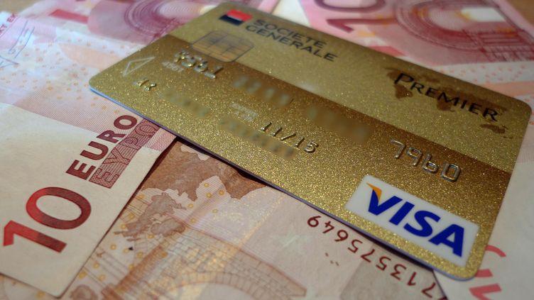 Une carte bancaire Visa (illustration). (DENIS CHARLET / AFP)