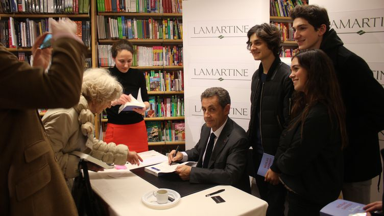 Nicolas Sarkozy, lors d'une séance de dédicaces à la librairie Lamartine dans le 16e arrondissement de Paris, le 29 janvier 2016. (CLEMENT PARROT / FRANCETV INFO)