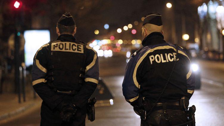 Des policiers à Pantin (Seine-Saint-Denis), le 3 avril 2013. (KENZO TRIBOUILLARD / AFP)