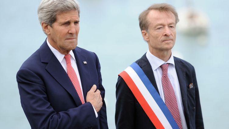 Le secrétaire d'Etat américain John Kerry participe aux commémorations de la libération de Saint-Briac-sur-Mer (Ille-et-Vilaine), aux côtés du maire de la commune, Vincent Denby-Wilkes, le 7 juin 2014. (JEAN-SEBASTIEN EVRARD / AFP)