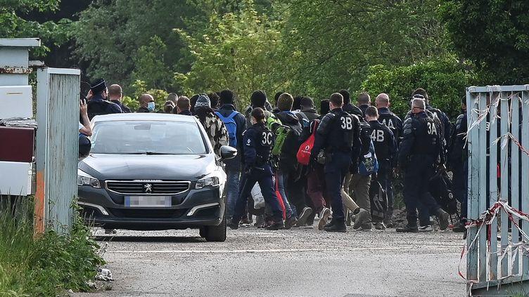 La police supervise l'évacuation d'un camp de migrants sur la route de Saint-Omer près de Calais, dans le nord de la France, le 4 juin 2021. (DENIS CHARLET / AFP)