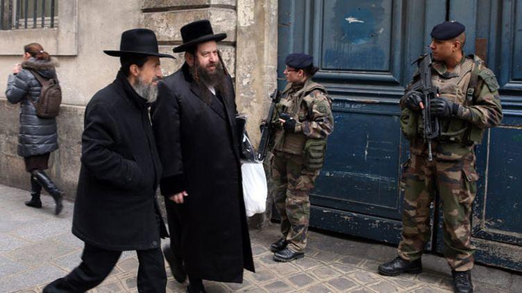 (Dans la rue des Rosiers à Paris, les soldats sont arrivés en masse © MAXPPP)