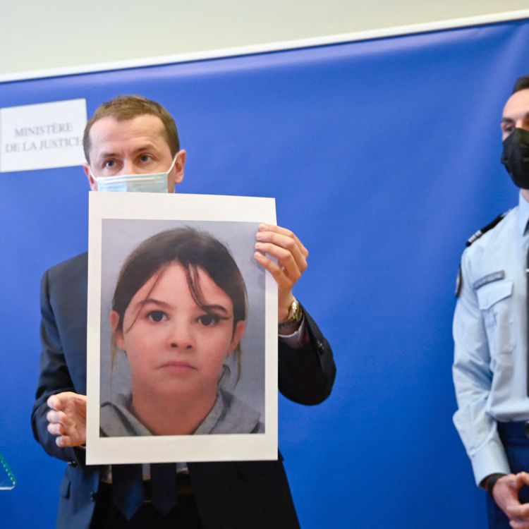 Le procureur de la République d'Epinal Nicolas Heitz tient, le 14 avril 2021, un portrait deMia Montemaggi, 8 ans, enlevée la veille dans la commune des Poulières (Vosges). (SEBASTIEN BOZON / AFP)