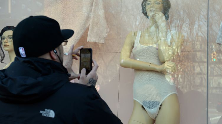 Un passant prend en photo le mannequin d'une boutiqueAmerican Apparelà Manhattan (New York), vendredi 17 janvier. (STAN HONDA / AFP)