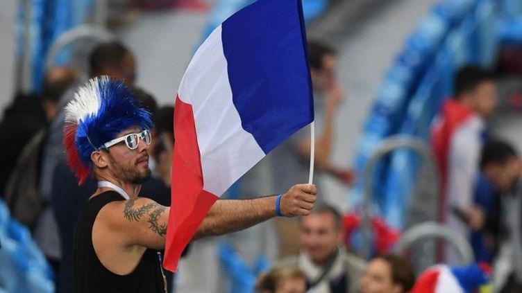 Un supporter français lors de la demi-finale France-Belgique à Saint-Petersbourg, le 10 juillet 2018. (FRANCOIS XAVIER MARIT / AFP)