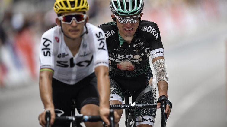 Rafal Majka meurtri après une chute à l'arrivée de la 9e étape du Tour de France, accompagné par son compatriote Michal Kwiatkowski (JEFF PACHOUD / AFP)