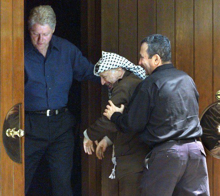 «Après vous, non je n'en ferai rien»... Moment de politesse entre Yasser Arafat et Ehud Barak à Camp David. Malgré cette image chaleureuse, le sommet se termina sur un échec. (STEPHEN JAFFE / AFP)
