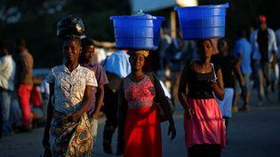 Au marché de Blantyre, dans le sud du Malawi, des femmes apportent leur marchandise dans de grands seaux en plastique. Photo prise le 10 juillet 2017. (SIPHIWE SIBEKO / REUTERS)