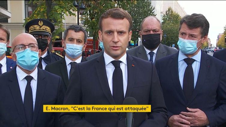Emmanuel Macrons'exprime devant la basilique Notre-Dame de l'Assomption, à Nice (Alpes-Maritimes) où est survenue une attaque au couteau qui a fait trois morts, le 29 octobre 2020. (FRANCEINFO)
