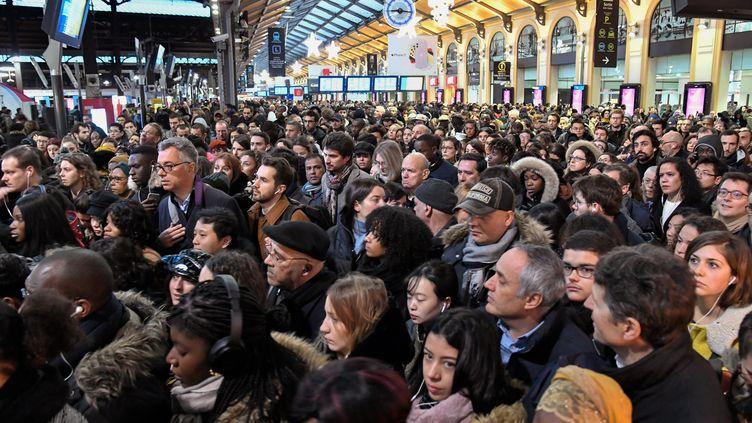 Des voyageurs patientent sur les quais de la gare Saint-Lazare, le 16 décembre 2019 à Paris. (BERTRAND GUAY / AFP)