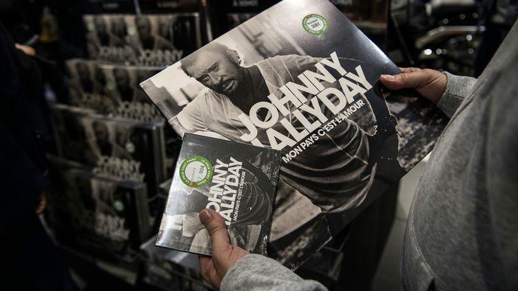L'album posthume de Johnny Hallyday vendu à la fnac des Champs Elysées à Paris, le 19 octobre 2018. (CHRISTOPHE ARCHAMBAULT / AFP)