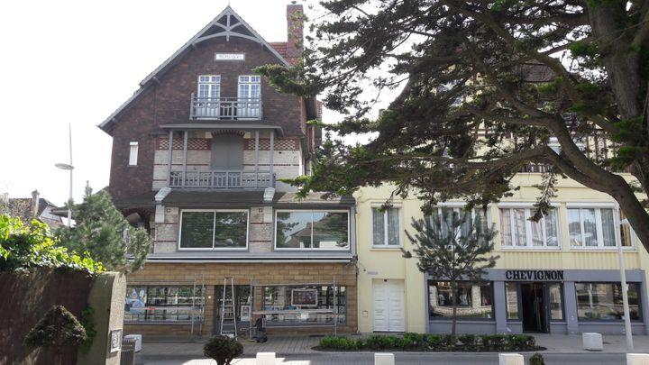 Emmanuel Macron et surtout son épouse Brigitte possèdent une maison typique dans le centre-ville du Touquet (Pas-de-Calais) où ils viennent régulièrement le week-end. (MATHILDE LEMAIRE / RADIO FRANCE)