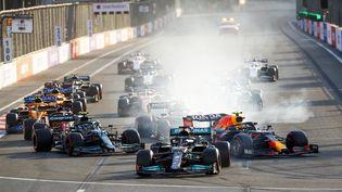 Lewis Hamilton contraint de faire un tout droit au moment de repartir, alors que Sergio Perez file vers la victoire, le 6 juin 2021 au GP d'Azerbaïdjan. (AFP (XAVI BONILLA))