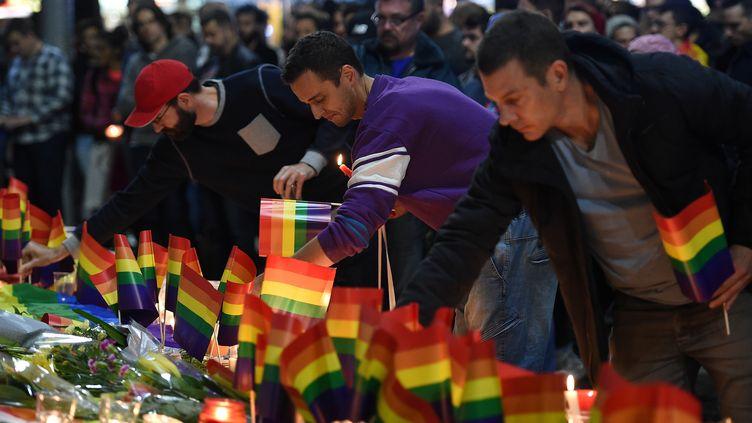 Des personnes se recueillent en solidarité aux victimes de la tuerie d'Orlando (Etats-Unis), à Sydney (Australie), le 13 juin 2016. (REUTERS)