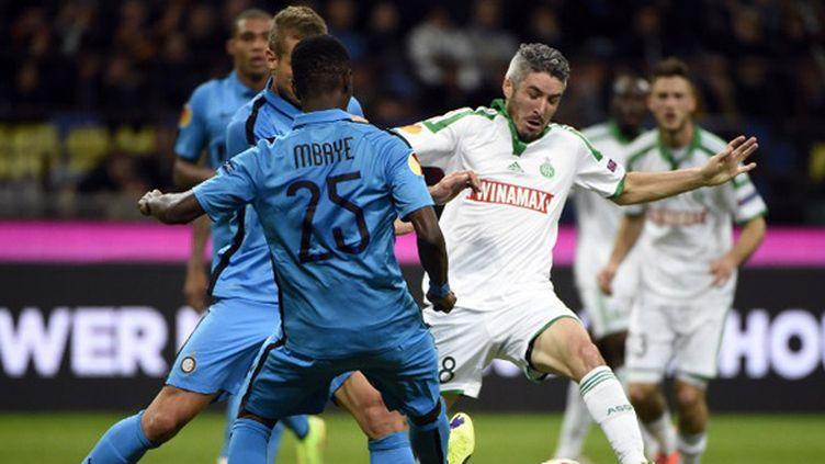 Fabien Lemoine (Saint-Etienne) aux prises avec la défense de l'Inter Milan (OLIVIER MORIN / AFP)