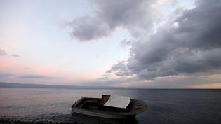 Un bateau utilisé par des migrants pour traverser la mer Egée entre la Turquie et la Grèce, échoué sur l'île de Lesbos, le 21 novembre 2015. (YANNIS BEHRAKIS / REUTERS)