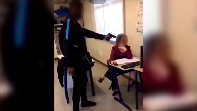 Un élève du lycée Edouard-Branly de Créteil(Val-de-Marne) pointe une arme factice sur une professeure, le 18 octobre 2018. (SNAPCHAT)