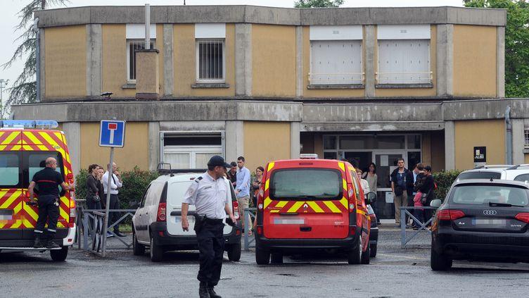Des policiers et des pompiers interviennent à l'école Edouard-Herriot, àAlbi (Tarn), où une enseignante a été poignardée à mort, le 4 juillet 2014. (ERIC CABANIS / AFP)