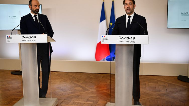 Edouard Philippe et Christophe Castaner, le 7 mai 2020, lors de la présentation du plan de déconfinement, à Matignon, à Paris. (CHRISTOPHE ARCHAMBAULT / AFP)