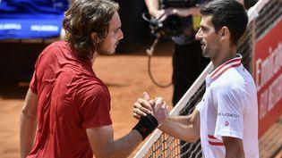 Novak Djokovic etStefanos Tsitsipas à Rome, le 15 mai 2021. (FILIPPO MONTEFORTE / AFP)