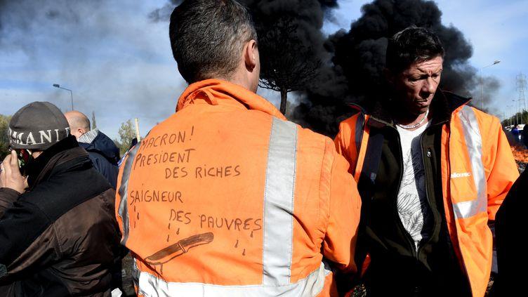 Des employés de l'aciérie Ascoval de Saint-Saulve (Nord) bloquent l'entrée du site industriel, le 31 octobre 2018, le dernier jour de leur mouvement. (FRANCOIS LO PRESTI / AFP)