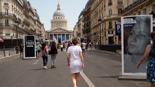 Exposition photo consacrée à Simone Veil, rue Soufflot à Paris, près du Panthéon. Des photos ont été endommagées par des graffitis  (Gaël Dupret / MaxPPP)