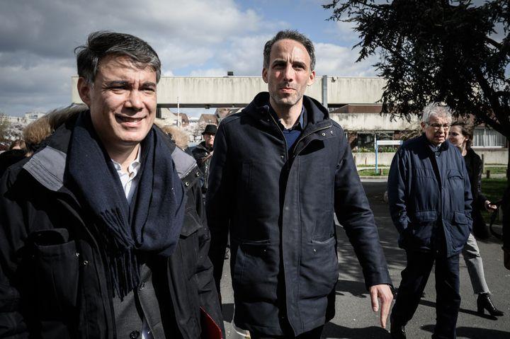 Raphaël Glucksmann et Olivier Faure, en campagne pour les européennes, visitent l'hôpital public de Creil (Oise), le 25 mars 2019. (PHILIPPE LOPEZ / AFP)