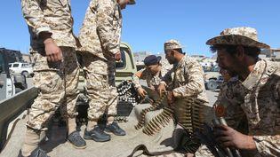 Des combattants de la coalition gouvernementale libyenne soutenue par la Turquie, dans la ville de Misrata, le 8 avril 2019. (MAHMUD TURKIA / AFP)