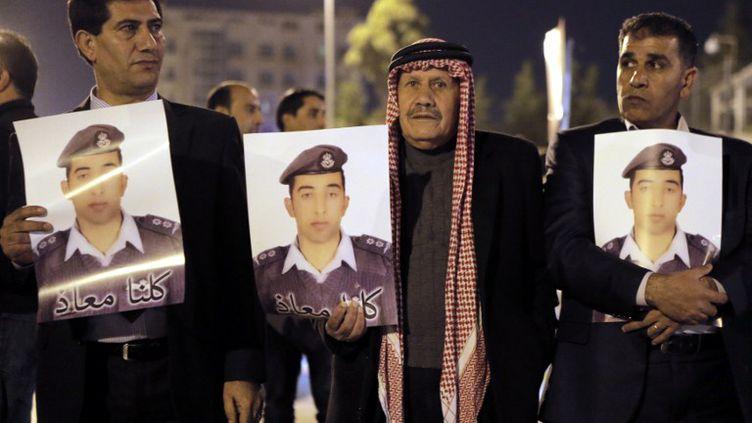 Une manifestation de soutien au pilote jordanienMaaz Al-Kassasbeh, retenu en otage par le groupe Etat islamique, s'est déroulée àAmman (Jordanie), le 27 janvier. (KHALIL MAZRAAWI / AFP)