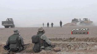Capture d'une vidéo diffusée par un média contrôlé par le régime syrien, montrant les forces pro-régime combattant à la frontière irako-syrienne, le 8 novembre 2017. (AP / SIPA)