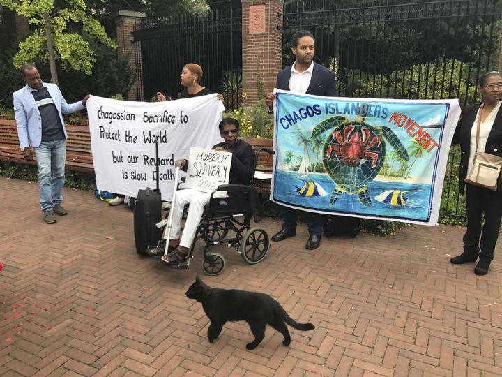 Manifestants chagossiens devant la Cour Internationale de Justice de La Haye, lundi 3 septembre 2018. (MIKE CORDER/AP/SIPA / AP)