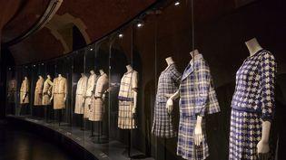 """Exposition """"Gabrielle Chanel. Manifeste de mode"""" au Palais Galliera ; le mythique tailleur en tweed présenté dansla galerie courbe, un desnouveaux espaces d'exposition ouvert en sous-sol (PIERRE ANTOINE)"""