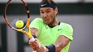 Rafael Nadal lors du deuxième tour de Roland-Garros 2021 face à Richard Gasquet. (ANNE-CHRISTINE POUJOULAT / AFP)